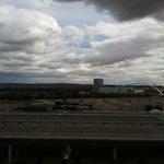Sí, lo de la esquina superior derecha es una nube de tormenta muy negra :-)