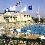 La piscina olimpionica situata difronte all'albergo
