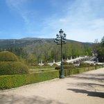 За парком - горы с водопадом