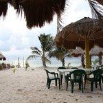"""paillote sur la plage très """"couleur locale"""", loin des """"all inclusive''"""