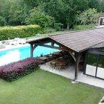 La piscine et le restaurant vus de la fenêtre de la chambre
