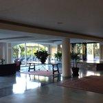 Холл отеля ( дорогой к открытому бассейну)