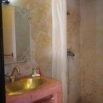 salle de douche de la chambre jaune
