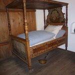 Bett mit Nachttopf, Matratze ist mit Stroh gefüllt, aber man liegt bestens !