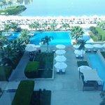 Uitzicht op zwembad en strand vanuit onze kamer.