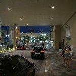 Вечерний вид на подъезд отеля.