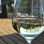 Udsigt til et dejligt glas hvidvin på terassen