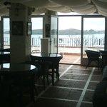 Une partie du restaurant et de sa terrasse