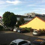 Metropolis music bar. La caseta amarilla es la recepción / comedor (parking de por medio)