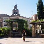 Patio exterior e iglesia de S. Pedro Apostol