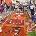 Les préparatifs de la procession dans une rue d'Antigua