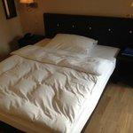 un grand lit.