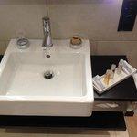 L'évier de la salle de bain avec les produits pour la douche / la toilette.