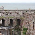 Uitzicht op de oude stadsmuren en de haven.