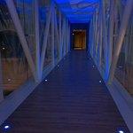 Accesso alla SPA dal ponte vetrato