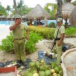 Pessoal a preparar-se para servir água de coco