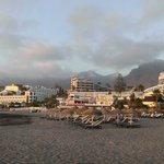 Ближайший пляж и набережная (2шезлонга+зонт=15 евро на день)