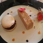 foie gras au côteau du layon, macaron noisette, confit d'oignons rosés