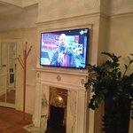 Le salon et une des trois TV dans la suite.