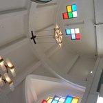 高い天井とステンドグラス