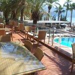 Вид с террасы на бассейн, бар и пляж