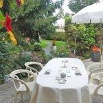 hôtel-restaurant le logis à brionne, service en terrasse