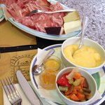 Antipasto di salumi e formaggi con polenta