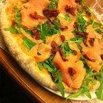 Pizza integrale con salmone e pomodorini secchi (molto buona)