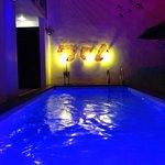 Hotel Casa Ticul, su alberca iluminada para nadar a gusto en la noche.