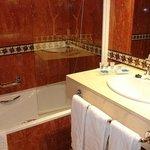 baño completo bañera grande