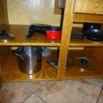 Blick in den Küchenschrank (Kochgeschirr für 4 Personen!)