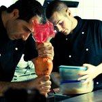 Onze jongens staan in een open keuken voor u de gerechten te bereiden