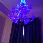 lampadario illuminato da luci a led di colore violetto, molto rilassante