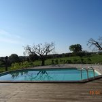 het zwembad op het domein Trulli Colarossa
