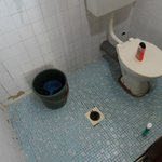 la salle de bain très vétuste...