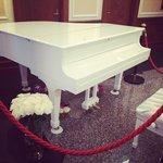 Рояль в холле