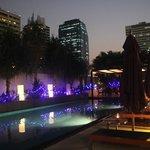La terrasse et la piscine, le soir