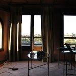 Estudio integrado en la habitación con preciosas vistas de la ciudad.