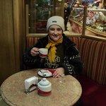En el salón de té una gélida(muy gélida)mañana