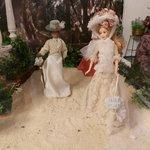 Barbie en la casita del jardinero, escenificando la época