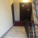 エレベータが止まる踊り場からエントランスまでの階段