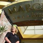 Diana B en el acceso al Hotel