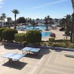 Vue de la terrasse du restaurant, grande piscine, ping pong