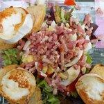 Entrée salade lardons,oeufs durs, pain grillé et chèvre chaud