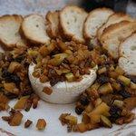お通しにでてきた、チーズと干しぶどうのディップ、こちらも美味しく驚き
