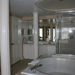 One of the two bathrooms that had a jacuzzi