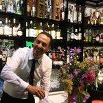 Il sorridente barman Mario