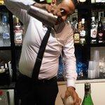 Il barman Mario nell'esecuzione di un cocktail