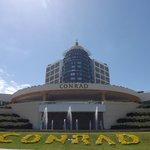 Fachada do hotel Conrad.