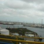 Desde el puente se observa el puerto y tanques de combustible